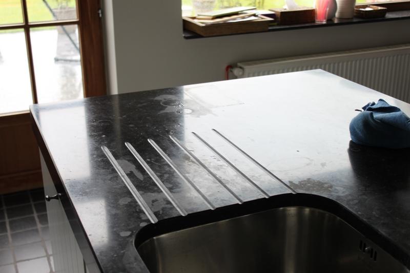 blauwe hardsteen aanrecht keuken vol zuur vlekken
