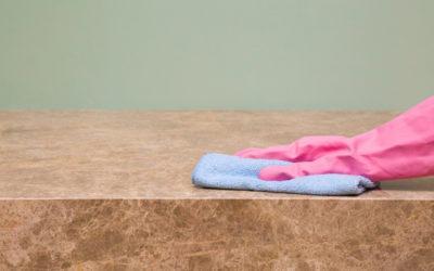 Vaak voorkomende vlekken op natuursteen (en hoe ze te verwijderen)