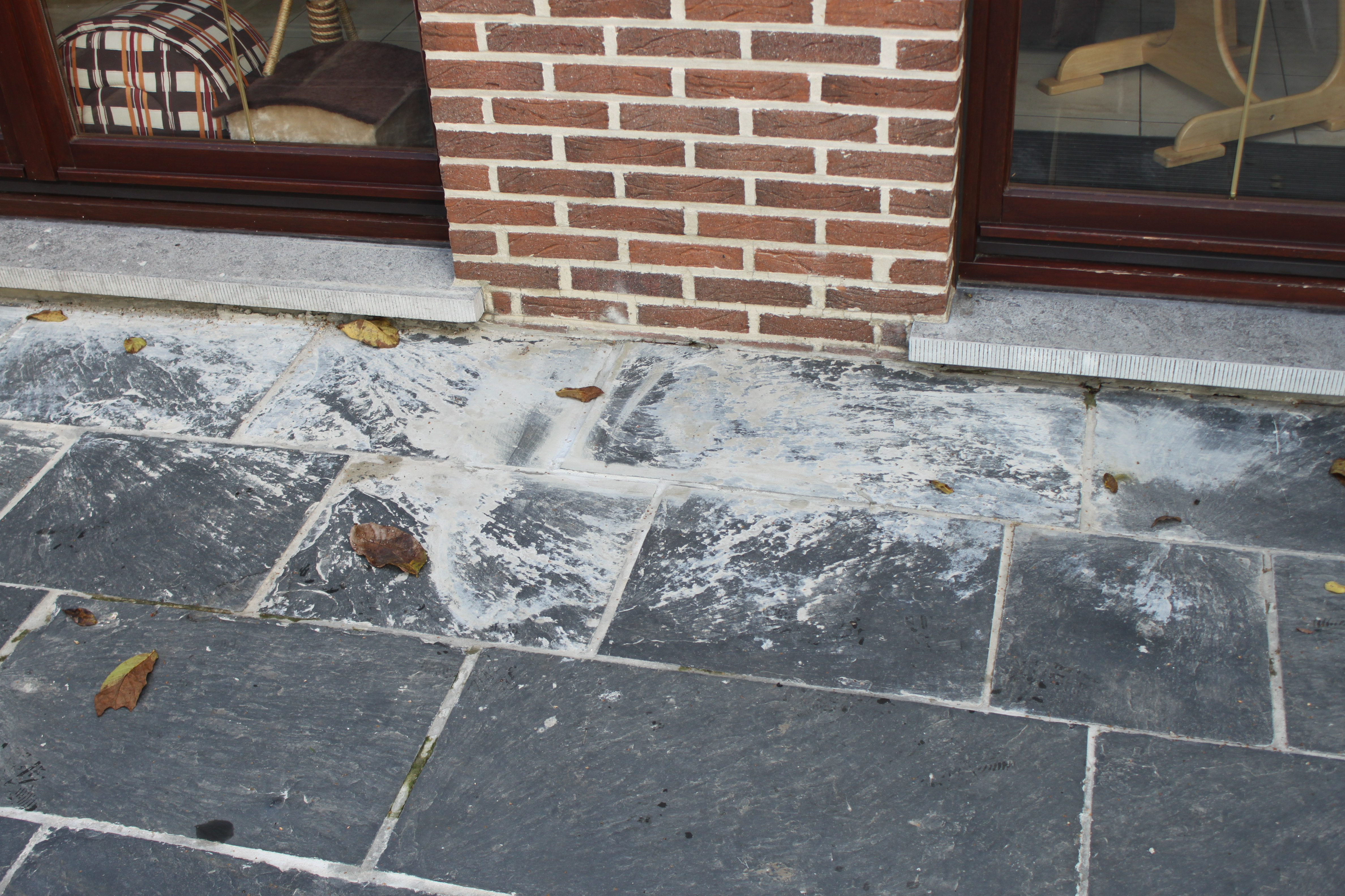 Cementsluier van tegels verwijderen | Natuursteen-renovatie.be