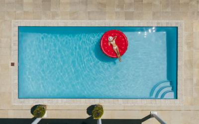Natuurstenen tegels aan uw zwembad: een goed idee?