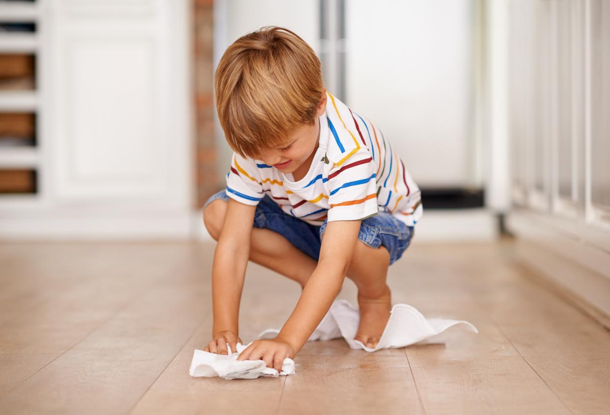 Kind met doek op natuurstenen vloer