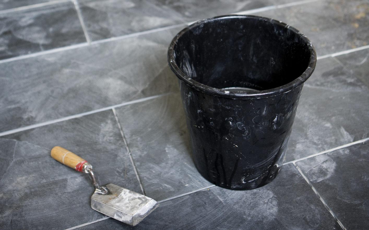 Cementsluier na het voegen van tegels | Natuursteen-renovatie.be